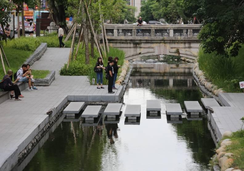 綠川原為台中八景之一,整治有成後,綠川水岸廊道已成為市民休閒散步的好去處。張智傑攝