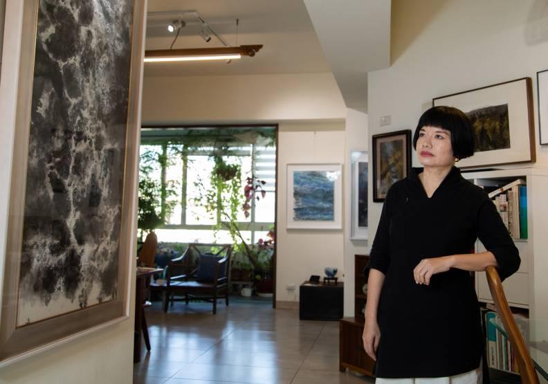 看遍世界再回首台中的畫家江心靜,很喜歡台中的自由與陽光。