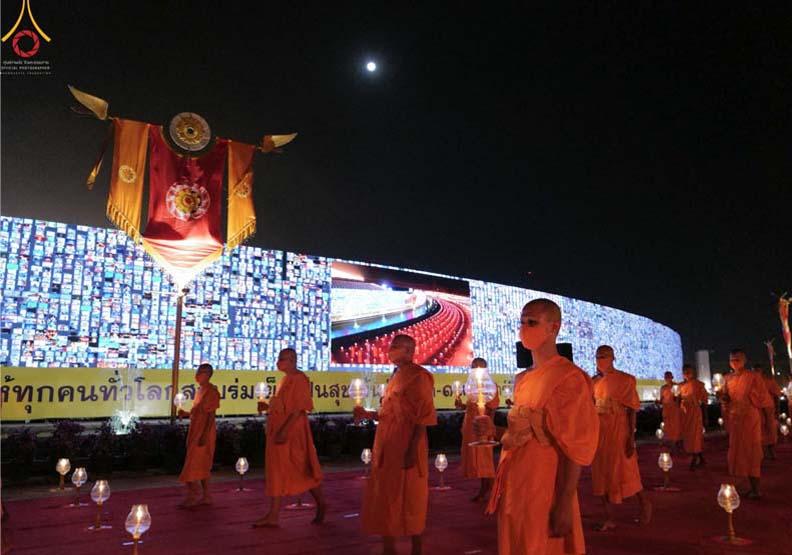 遠距萬佛節上線!泰國用 280 公尺螢幕打造20萬人禮佛盛典