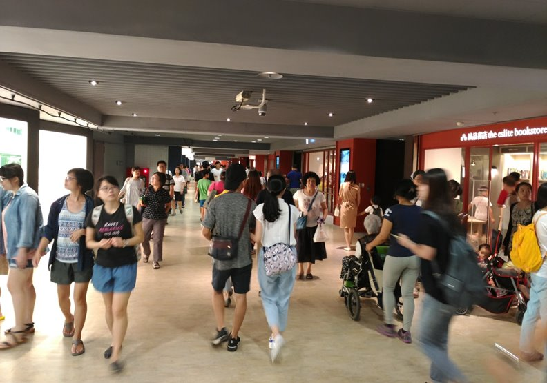 台北捷運地下街人潮滙集,照片由台北捷運公司提供。
