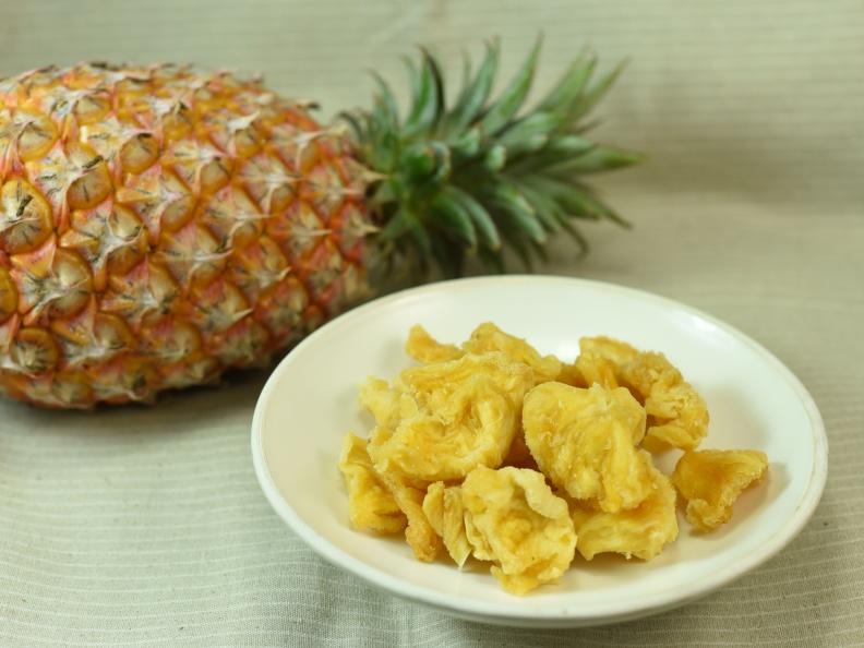 新鮮鳳梨切片烘乾成的鳳梨乾,方便食用又老少咸宜。取自食力
