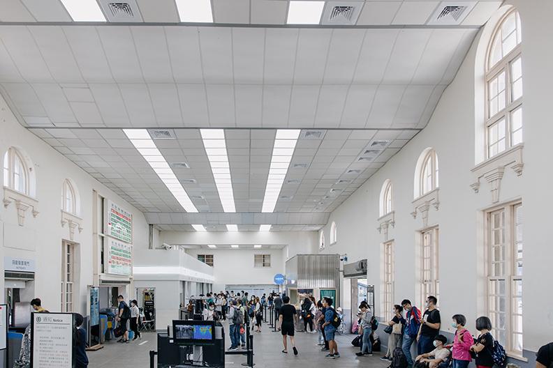 擁有百年歷史的新竹車站,啟動「微改造」計畫,透過減法設計全面美化。(台灣設計研究院提供)