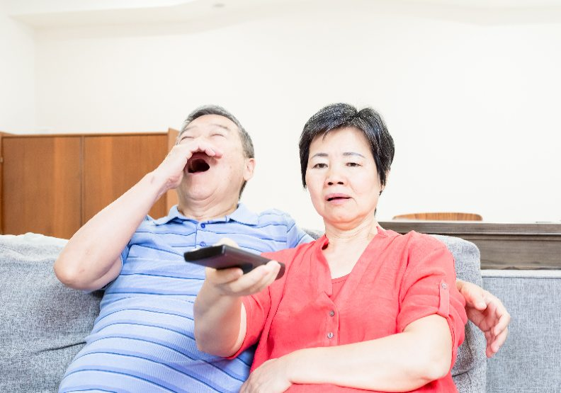 就愛追劇?每天看電視超過3小時,小心步入老年後這些疾病風險倍增