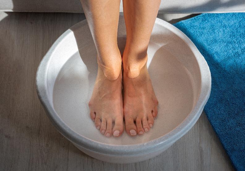睡前泡腳按摩,有助促進血液循環、放鬆。僅為情境配圖,取自shutterstock。