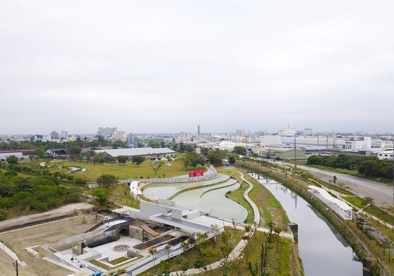 占地20公頃的台糖舊紙漿廠遺構活化再生,融入殺蛇溪水岸藍帶與綠帶,被稱為臺灣第一座以工業遺構為核心,複合水岸廊道的園區。