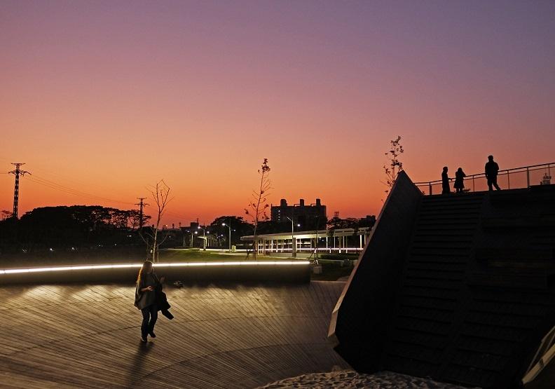 黃昏時刻的「雙園遊憩」,結合景觀寮望台以及兒童喜愛的沙坑遊樂天地。