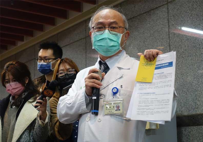 台大醫院院長吳明賢展示接種疫苗證明。蔣濬浩攝
