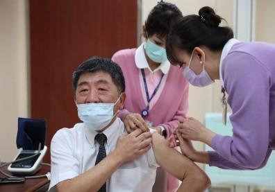 AZ疫苗正式開打!2張圖搞懂疫苗接種前、後注意事項