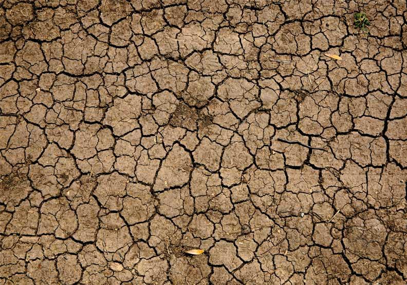 各地陸續傳出水位創新低、地表龜裂、河床裸露等壞消息,水情嚴峻,僅為情境配圖。圖片來自Unsplash by Mike Erskine