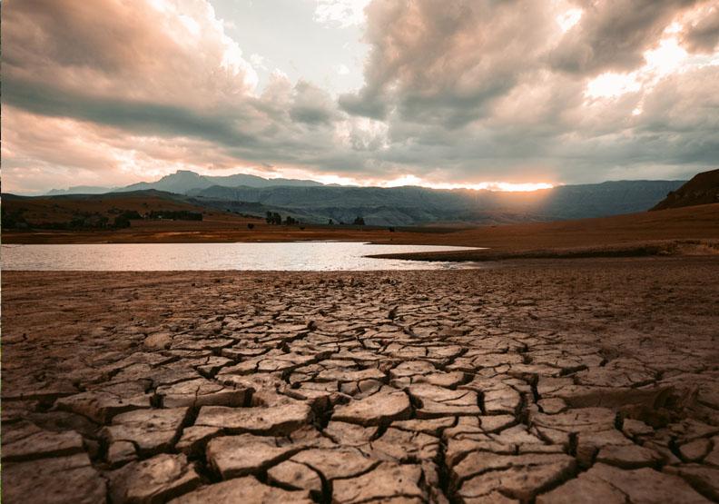 台灣乾旱好多週,終於降下雨水。如何從管理角度解決水資源有限的問題?圖片來自Unsplash by redcharlie