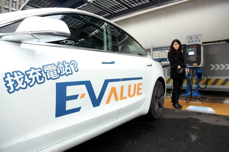 各大車廠開始生產綠能車以後,更多更快速的充電站必須應運而生。遠見張智傑攝影