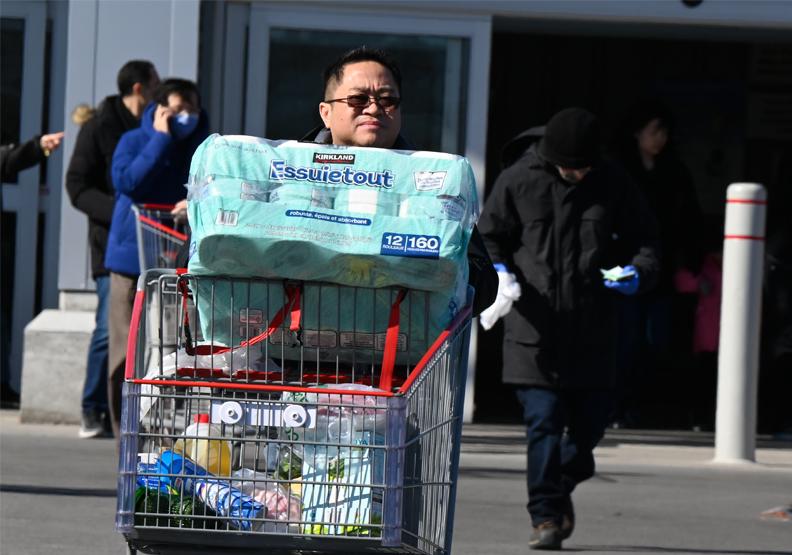 擔心民生消費問題的民眾們,瘋狂搶購大量衛生紙,僅為情境配圖。圖片來自Flickr by michael_swan