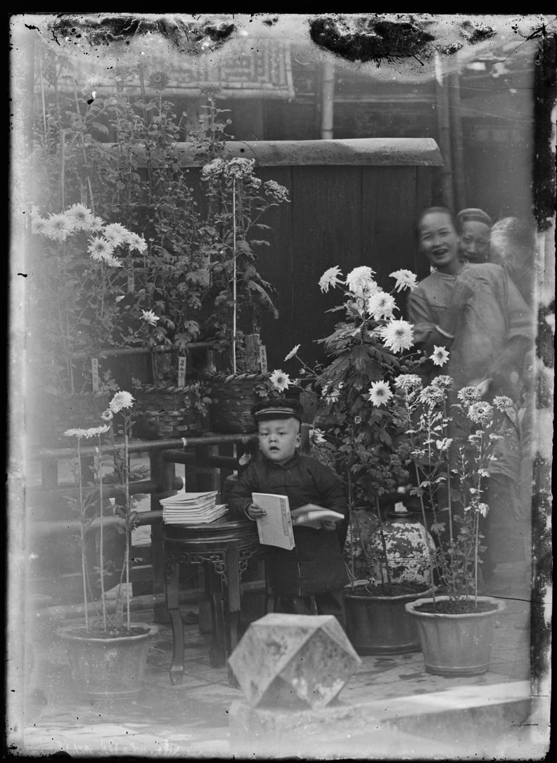 林草,霧峰林家生活——花園中的兒童與女僕。國家攝影文化中心提供