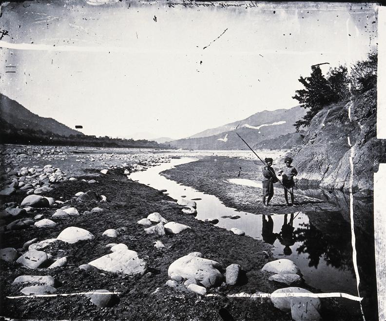 約翰.湯姆生,荖濃溪旁森林覆蓋的山丘。國家攝影文化中心提供