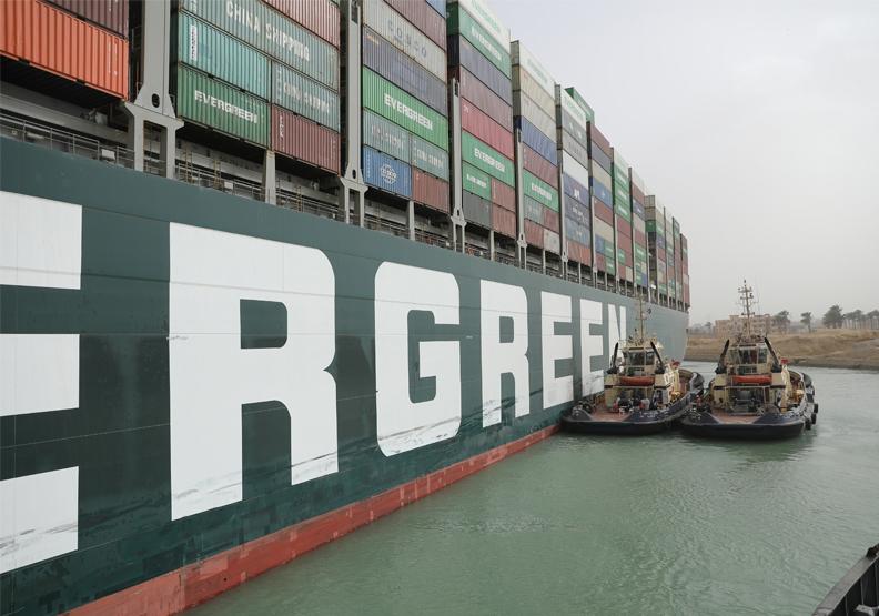 長榮貨輪長賜輪卡在蘇伊士運河長達100多個小時,造成相當大的經濟損失,也引起全球關注。圖片來自Suez Canal Authority
