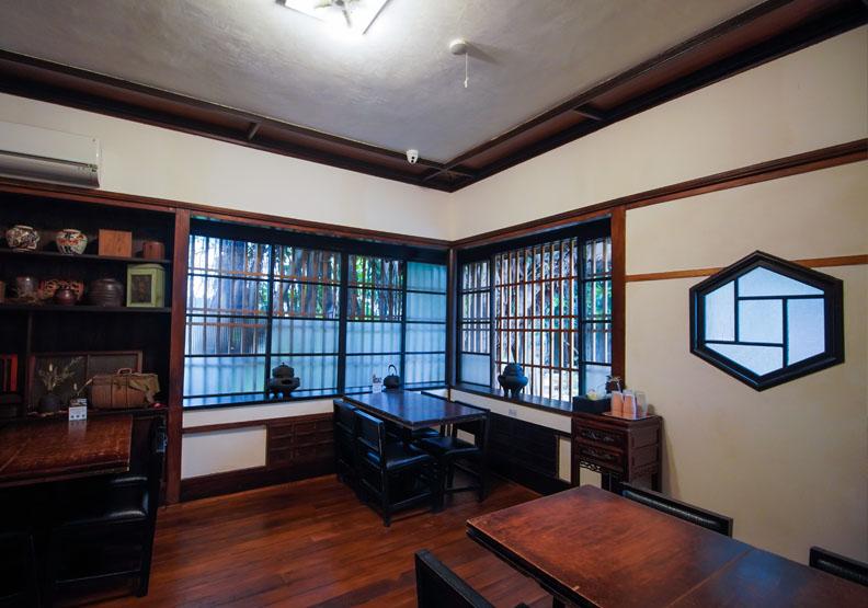 松山療養所所長宿舍靜心苑有獨特六角窗,台北市文化局提供。