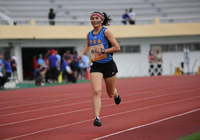 第五次參加原民運的宜蘭好手賴庭萱憑著堅持在今年共獲得1,500、5,000、傳統路跑個人及傳統路跑團體共4面金牌。