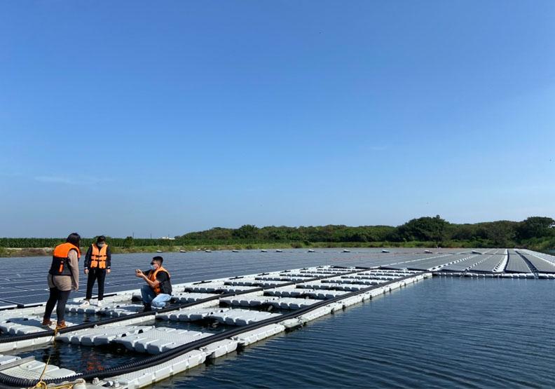 台南首座整合民間土地的水面型太陽能光電場,夏爾特拉集團提供。