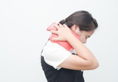 一覺醒來落枕了,該冰敷還熱敷?不痛不等於痊癒,避免復發這樣做