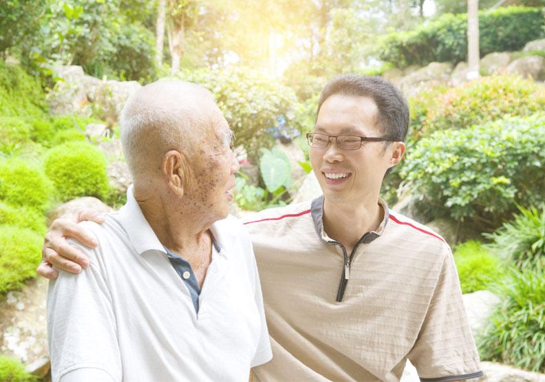 要與認知症患者生活在一起,家人的接納很重要!接納認知功能缺損後的他是與以前不同,理解認知功能缺損後如何改變他,要能包容、支持、鼓勵他。僅為情境配圖,取自shutterstock。
