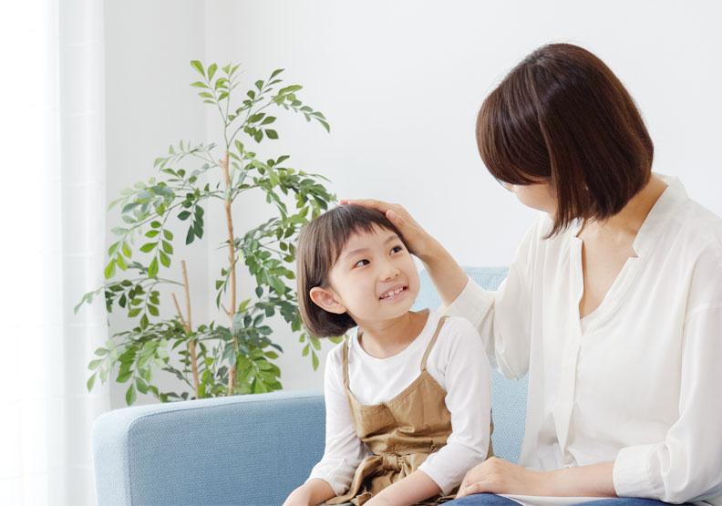 兒童與照顧者的關係非常重要,發展過程要有對象回應,情緒系統需要安全依附,認知系統需要楷模示範。如果他模仿成功,得到肯定,就會繼續做得更好。僅為情境配圖,取自shutterstock。
