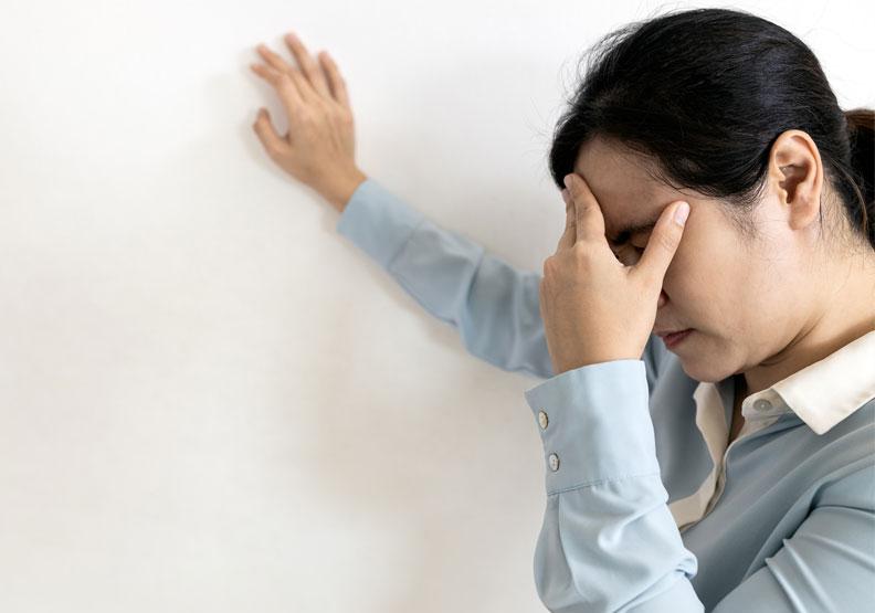 女性眩暈為男性兩倍!醫師說明四大常見原因,小心暗藏致命危機