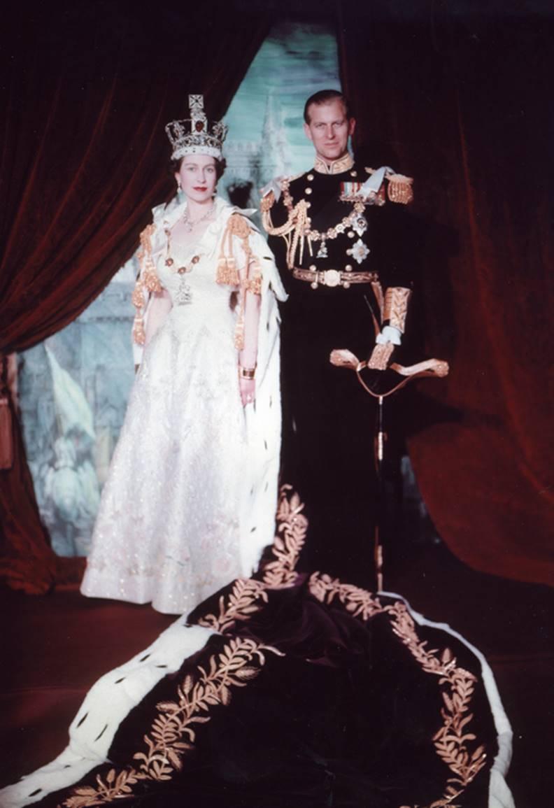 伊莉莎白女王與菲利普親王加冕照。圖片來自Wiki