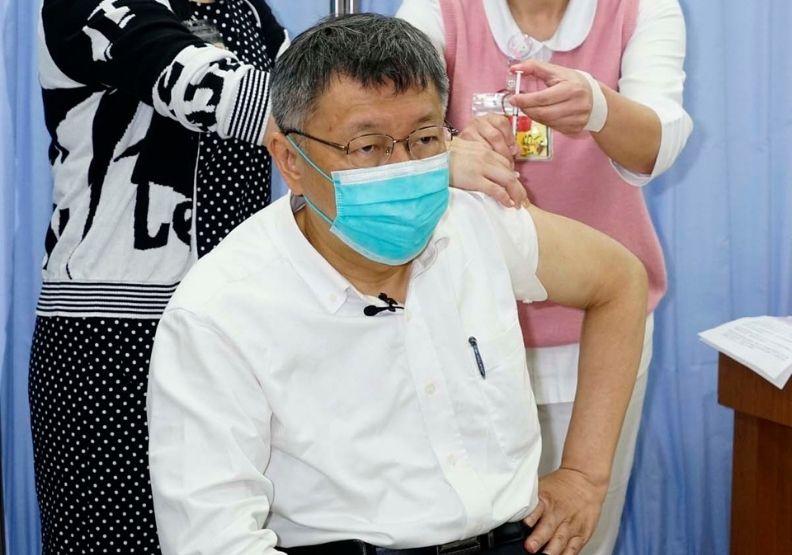 台灣疫情雖相對平穩,但近日有升溫趨勢。日前台北市長柯文哲捲起袖子,帶頭施打疫苗。圖片由台北市政府提供