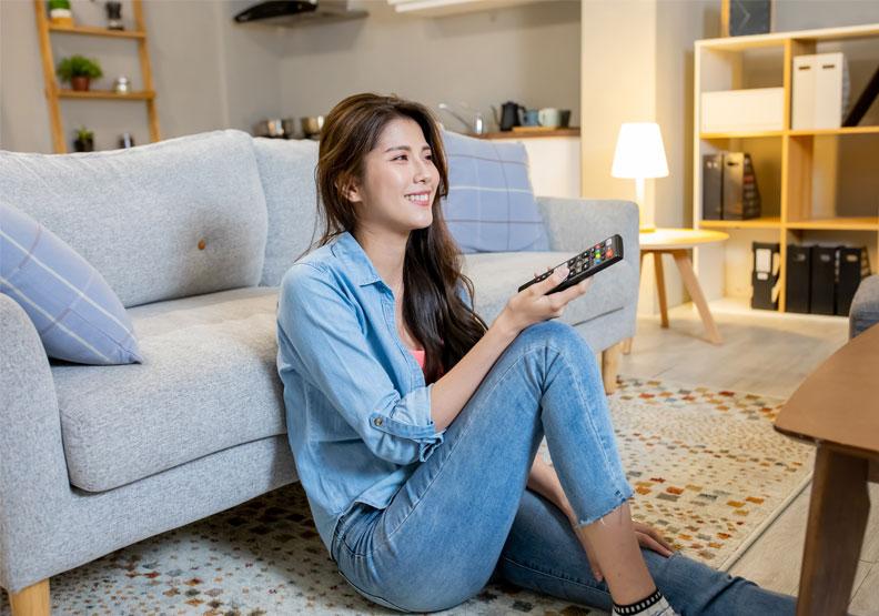 知名主持人湯蓓表示,錢真的可以買來快樂。有計畫地選購價格雖高但很好用的精品,可以讓自己的生活品質越來越好。僅為情境配圖,取自shutterstock。
