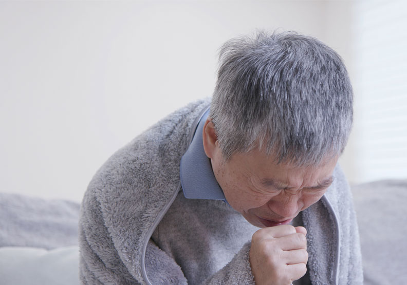 台灣於2016年,肺炎首登國人10大死因第三位之後,至今仍占據持續第三位,也因為肺炎是老化的疾病之一,高齡人口愈來愈多,死亡率也相對上升。僅為情境配圖,取自shutterstock。