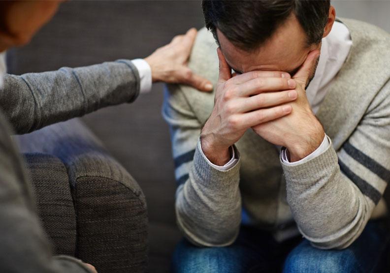 若沒有適時抒解壓力,有些人會產生痛苦、情緒崩潰、整個人的感覺與知覺系統受損,進而干擾身體機能,出現失眠、沒胃口、身體麻痺、絕望感等狀況,嚴重影響身心健康。僅為情境配圖,取自shutterstock。