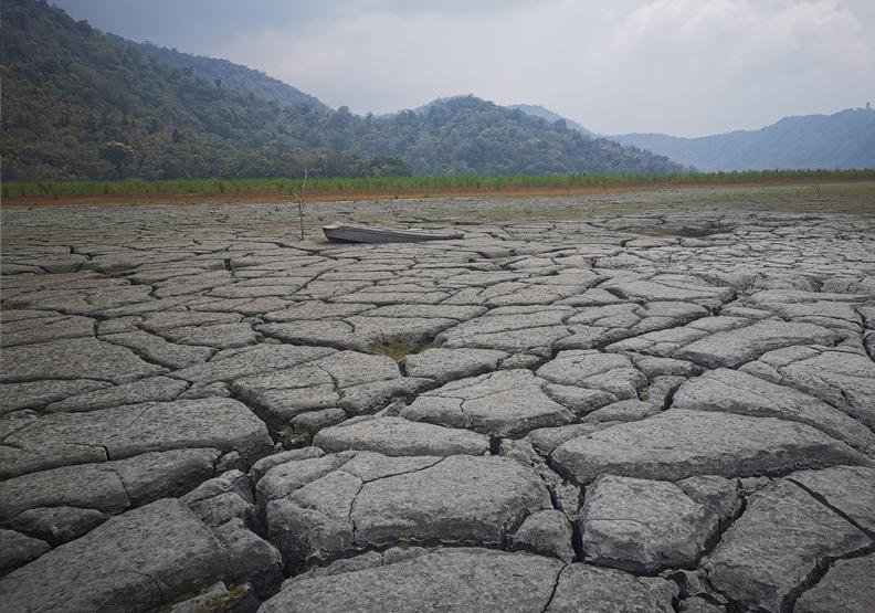 日月潭缺水旱象,攝影師施錫鐘授權提供。