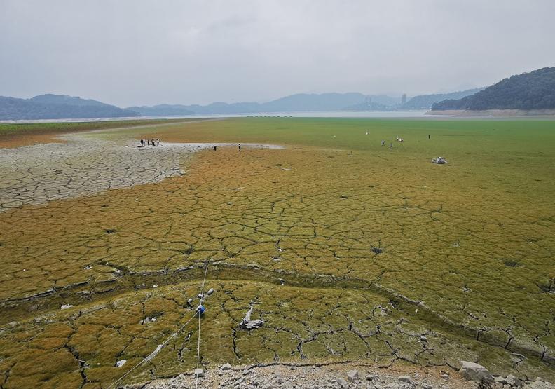 日月潭缺水卻吸引不少遊客前往拍攝,攝影師施錫鐘授權提供。