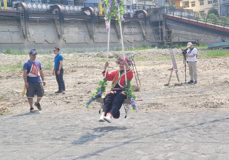 日月潭因為露出旱地,讓邵族人得以在潭邊舉辦鞦韆祭。南投縣文化局提供。