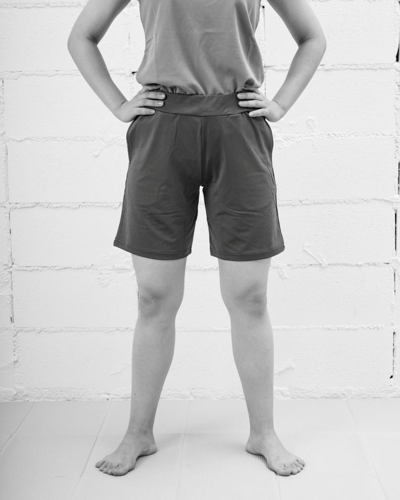 腳尖與膝蓋朝著同方向站力,抬起腳趾、張開小趾會更有效果。 采實文化提供