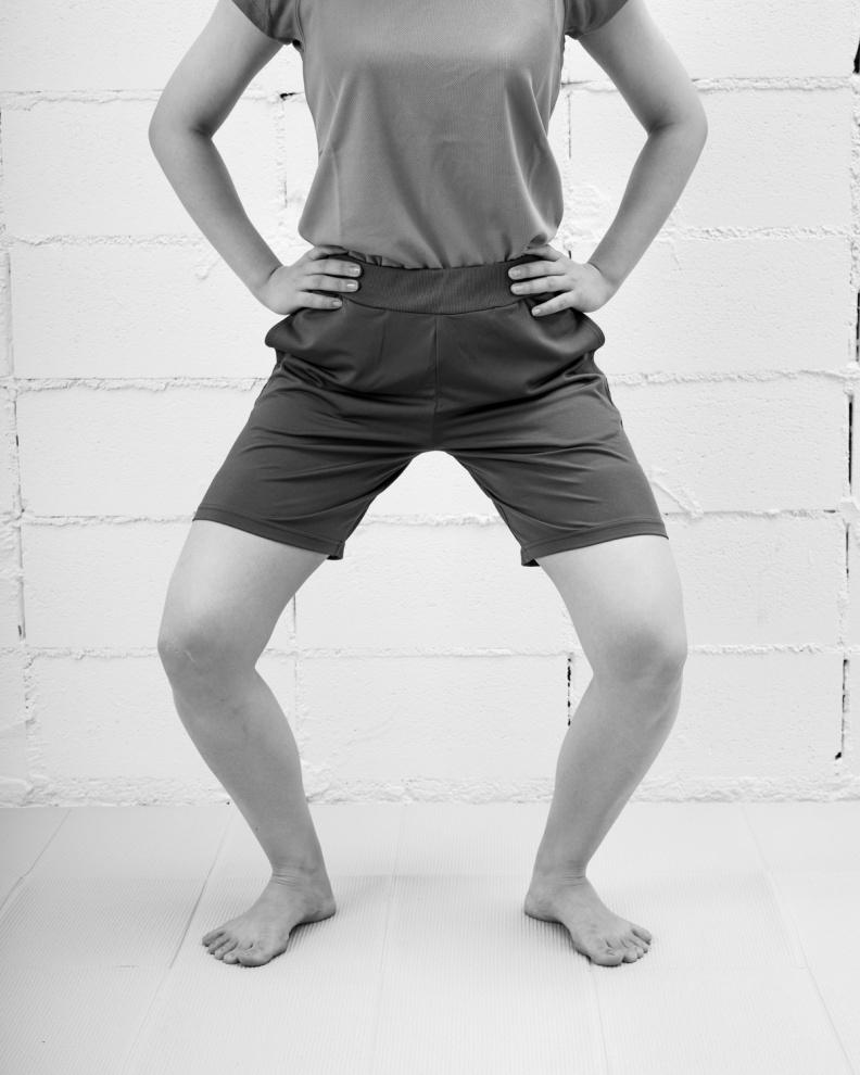 稍微彎曲膝蓋,切記別低頭看腳尖。采實文化提供