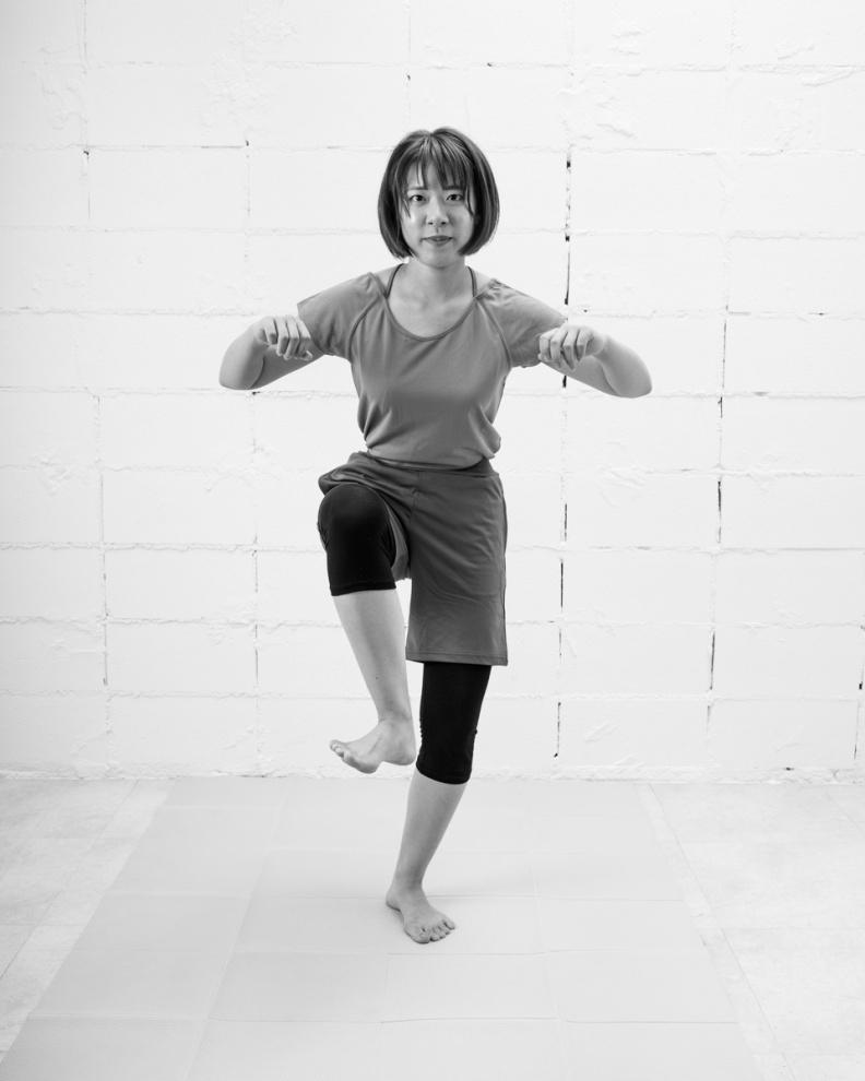 「1」的時候彎曲單腿膝蓋、拱圓身體,大腿要往外側轉動。采實文化提供