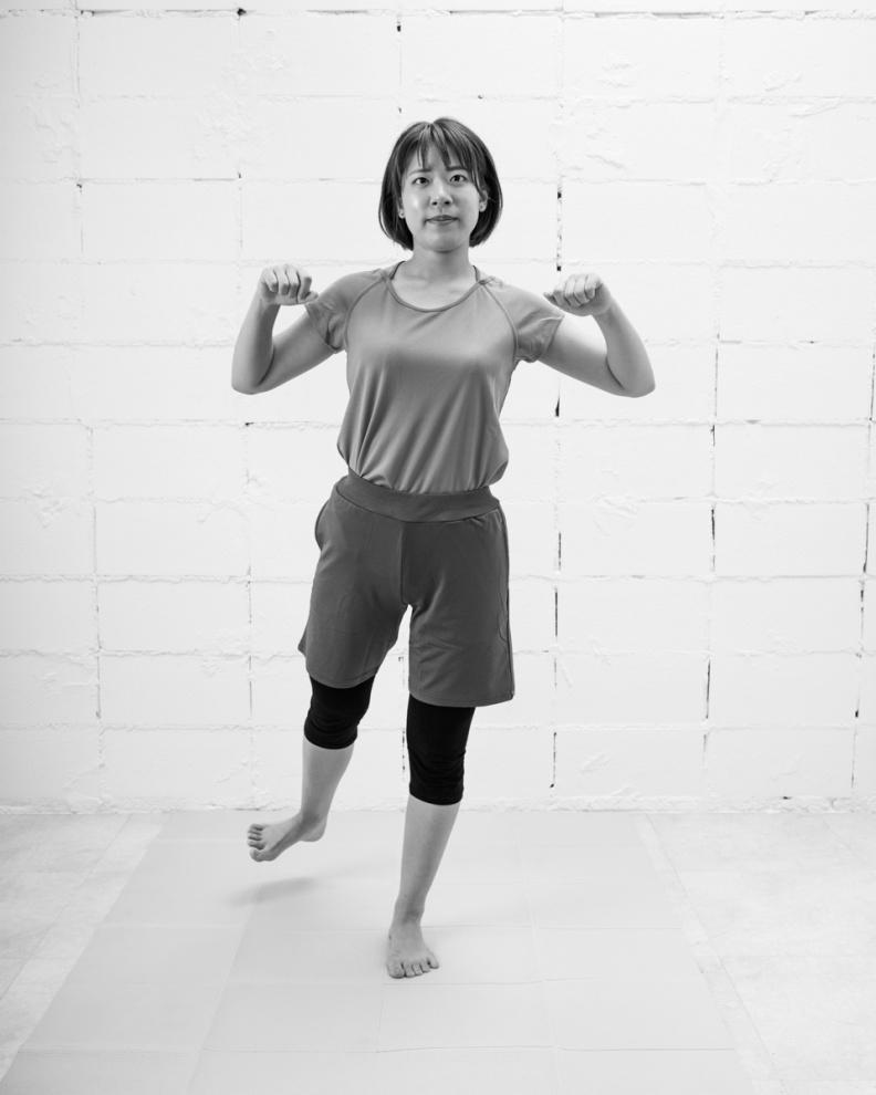 「2」要伸直抬起的腿,邊將腿往外側轉動的同時挺起身體。采實文化提供