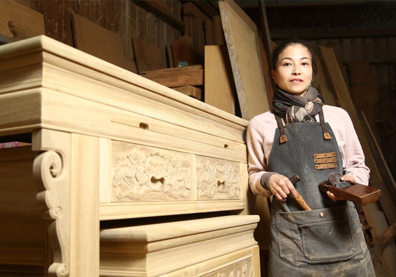 堂和木器廠女木匠師黃裕凰堅持「憨厚實在」的工匠精神。陳之俊攝。
