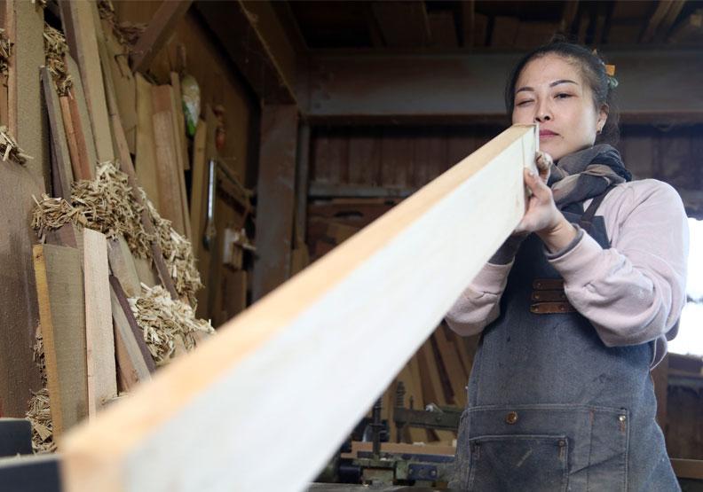 全台唯一做神桌的女木匠師黃裕凰。陳之俊攝。
