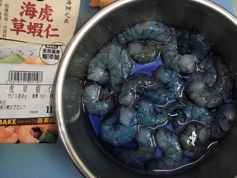 民眾至賣場購買蝦仁,回來處理完醃漬後冒出藍色汁液。圖片取自「我愛全聯-好物老實説」臉書社團網友貼文