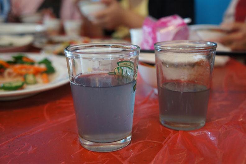 台灣辦桌生魚片拼盤出現的藍色龍蝦血,也是因為血藍蛋白所造成,龍蝦血上桌前常會加入米酒或高粱去腥。取自食力
