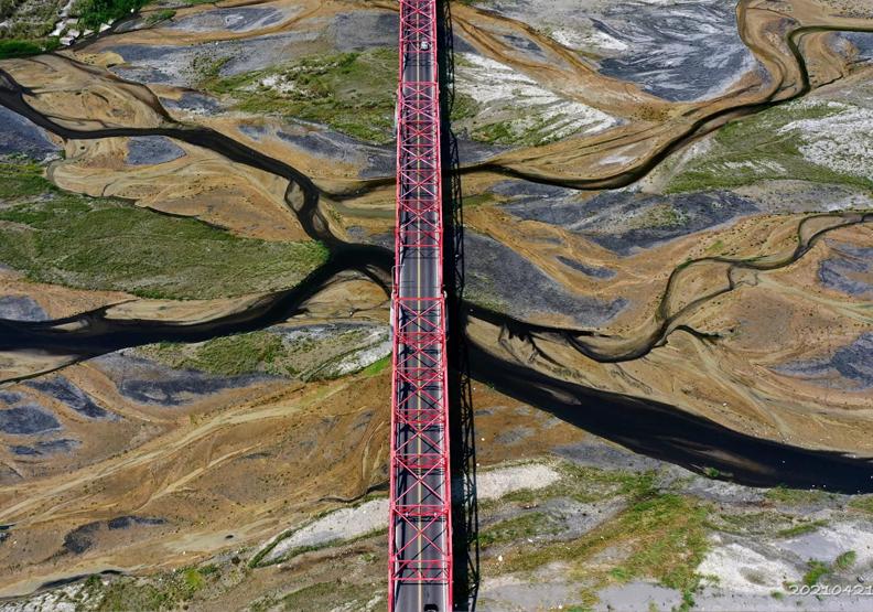 濁水溪因為缺水,從空中拍攝西螺大橋就像層次分明的水彩畫。攝影師黃一盛授權提供。