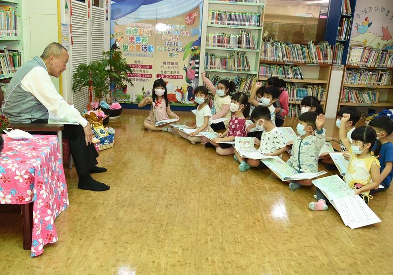 苗栗縣長徐耀昌為兒童講繪本說故事。