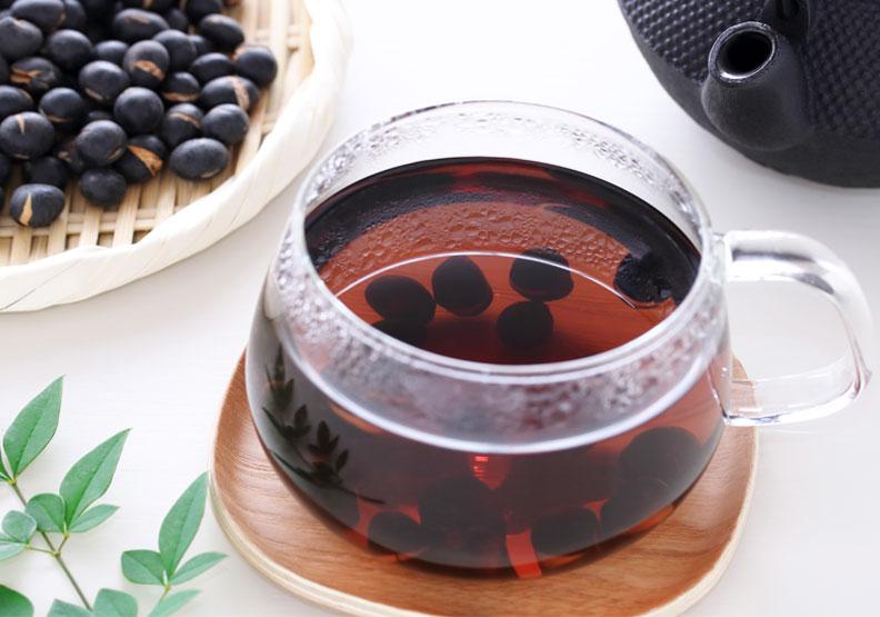 適度飲用加入黑豆、浮小麥、蓮子等材料沖泡的豆麥茶,也是幫助提升睡眠品質的方法之一。僅為情境配圖,取自shutterstock