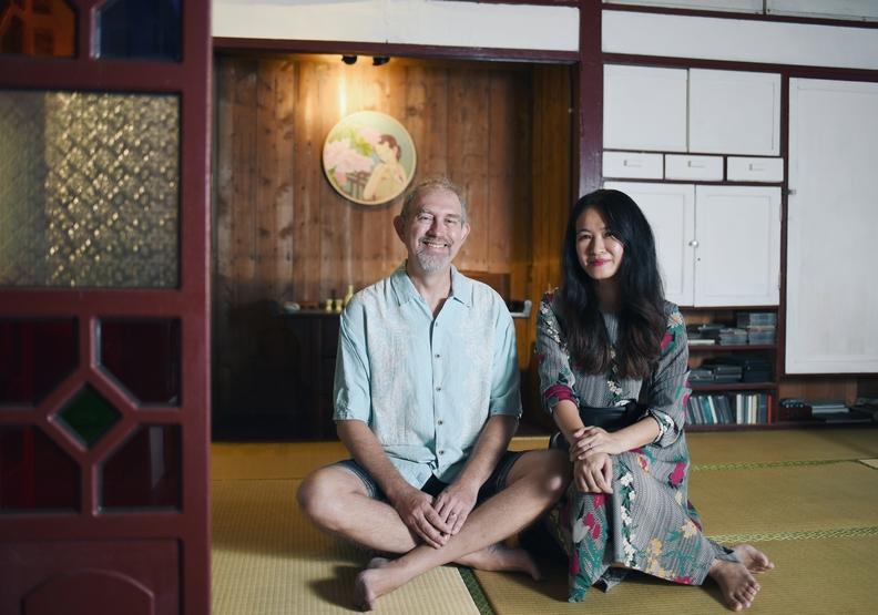 村戀影的主人練克煒(左)和太太感情深厚,兩人一起經營眷村民宿,週末夜晚還自製調酒讓客人享用。魯皓平。