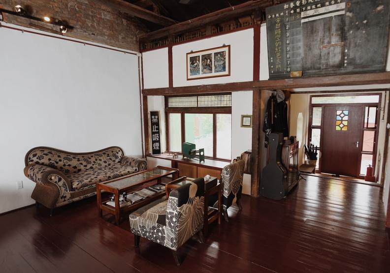 看電影是眷村不可或缺的元素,民宿主人以電影為主題,精心設計屋內擺設。魯皓平攝影。