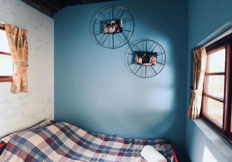 客房牆上也以電影元素裝飾,別具巧思。魯皓平攝影。