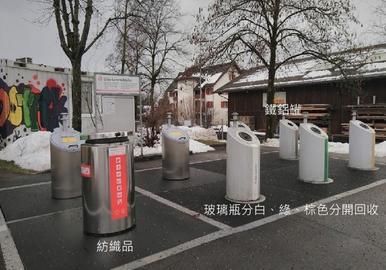 紡織品、玻、鐵鋁罐由不同回收公司負責,回收筒開口較小可以預防非法傾倒家用垃圾。戴雅婷攝影。