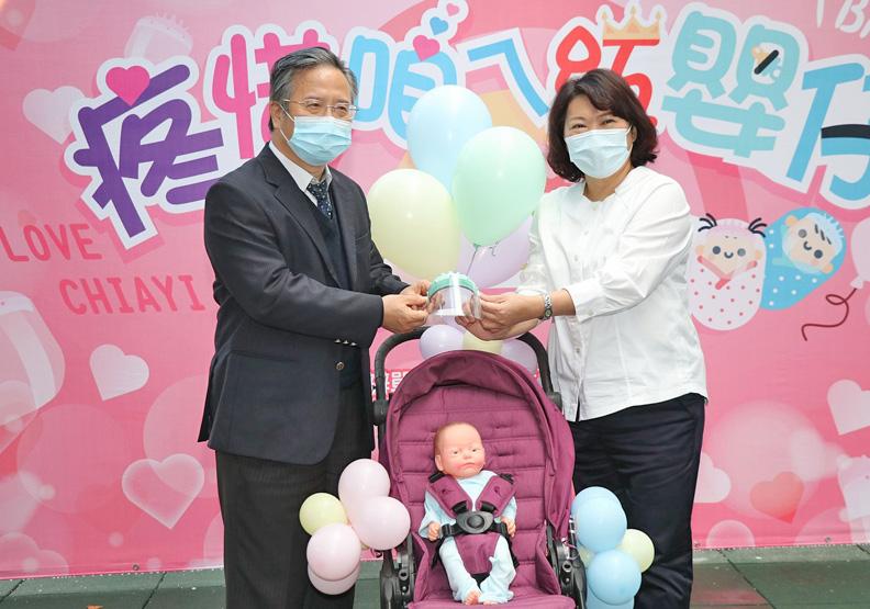 嘉義基督醫院捐贈嬰幼兒防護面罩,嘉義市政府提供。